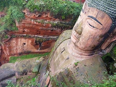 Tượng Lạc Sơn Đại Phật khổng lồ cạnh núi Nga Mi