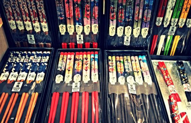 Những đôi đũa đầy màu sắc sẽ là món quà không thể thiếu khi đi du lịch Hongkong