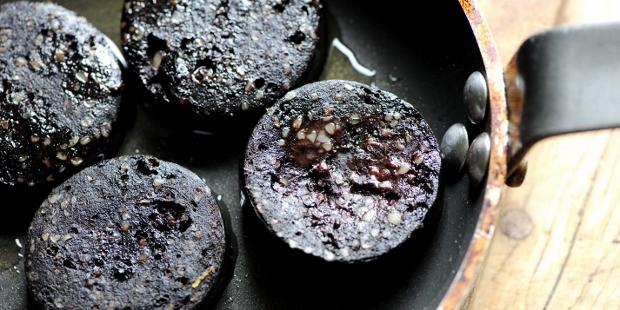 Xúc xích đen Bury là món ăn gây tranh cãi ở Manchester